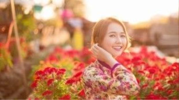 """""""Nàng cáo"""" - Nhung Gumiho đẹp rạng rỡ trong tà áo dài chất liệu in hoa cùng tông trang điểm nhẹ nhàng."""