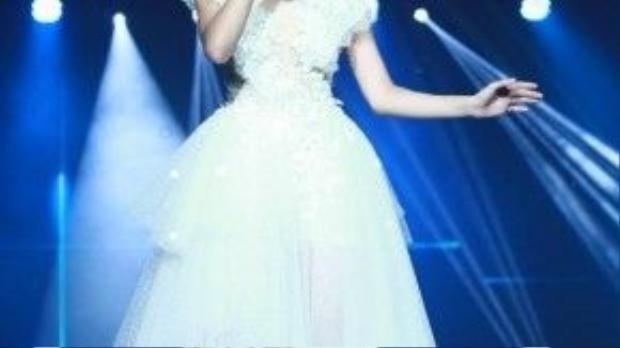 Khi hát những ca khúc sâu lắng, trông Linh như một nàng công chúa khi diện chiếc váy trắng tinh cùng hoa tai floral đính đá sang trọng.