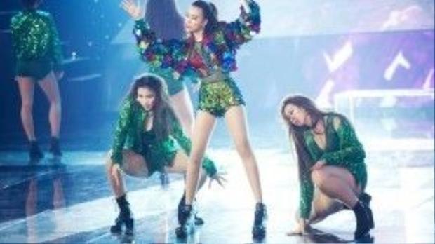 Khai mạc The remix 2016, Hoàng Thùy Linh như đốt cháy sân khấu với khoác màu sắc ngắn cùng áo see through và quần mini short đính đá khá khỏe khoắn.