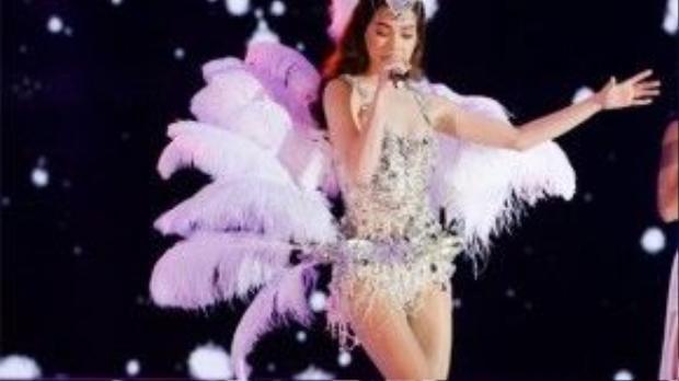 Hà Hồ trong chương trình chung kết cuộc thi Hoa hậu hoàn vũ, với trang phục vô cùng lộng lẫy và lấp lánh bởi đá và lông vũ, trông người đẹp như những cô đào trong phim Moulin rouge.