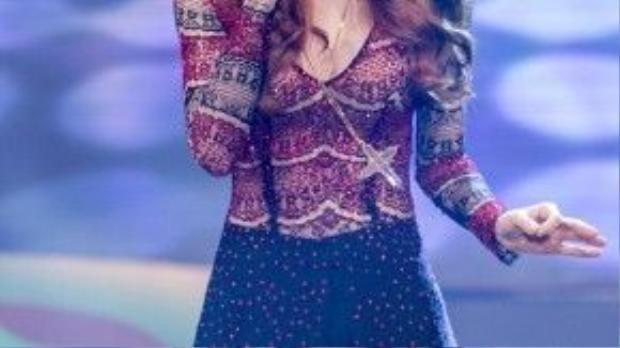 Ra mắt MV Destiny, nữ ca sĩ trung thành với phong cách boho, cô dường như luôn xuất hiện cùng headband trên tóc khá ấn tượng.