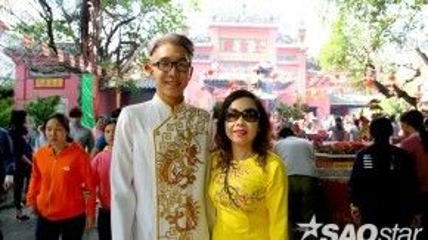 Không chỉ có các bạn nữ, mà các bạn nam trẻ trung bây giờ cũng diện áo dài cách tân đi chùa cùng gia đình.