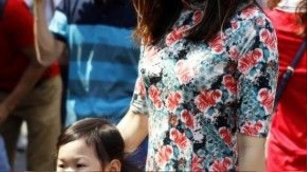 Chiếc áo dài hoa làm cho bạn gái này thêm phần xinh đẹp.