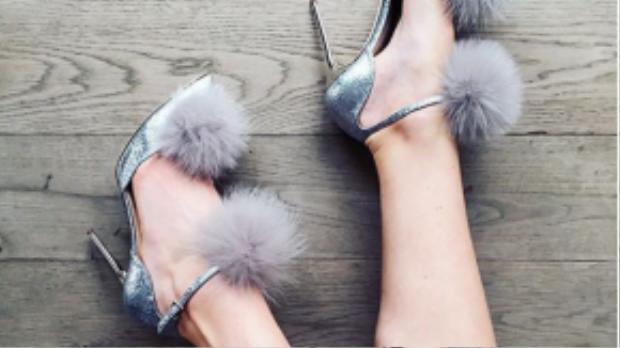 Những đôi giày lông vũ khiến những bước chân của nàng bỗng nhẹ nhàng, thanh thoát hơn.