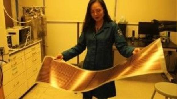 Pin năng lượng mặt trời làm từ chất nhựa dẫn điện Nghiên cứu trong phòng thí nghiệm của giáo sư Nguyễn Thục Quyên. Ảnh: NVCC