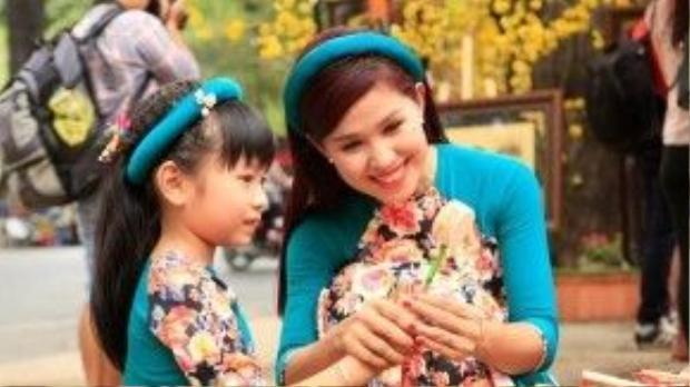 Phố ông đồ khu vực Nhà văn hóa Thanh Niên được nhiều bạn trẻ lựa chọn cho những tấm hình du xuân cực đẹp. Phan Kiên.