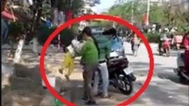 Đứa bé bị người bà nội ném vào sọt rác bên đường. Ảnh cắt từ clip