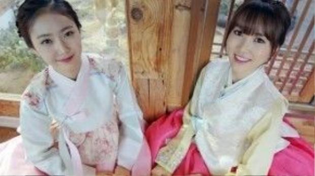 Hai cô gái của nhóm G Friend xinh đẹp trong trang phục truyền thống của Hàn Quốc. Mái tóc tết gọn gàng trở thành kiểu tóc đặc trưng khi phụ nữ Hàn diện hanbok.
