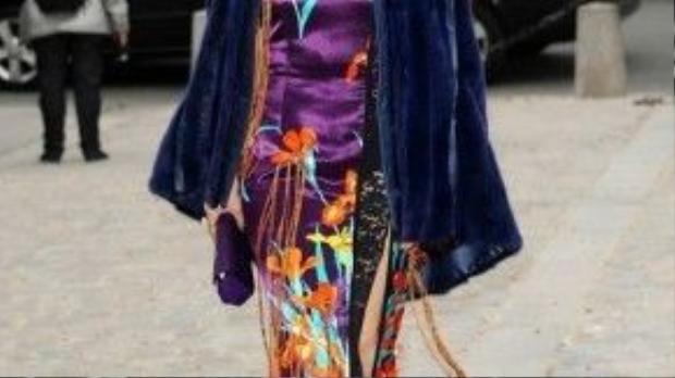 Với kiểu tóc và kiểu trang điểm ấn tượng kết hợp với bộ sườn xám cách tân, Phạm Băng Băng vô cùng nổi bật tại sự kiện ở châu Âu.