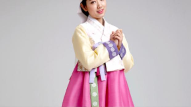 Park Shyn Hye duyên dáng vớimũ truyền thống và tóc vấn thấp.