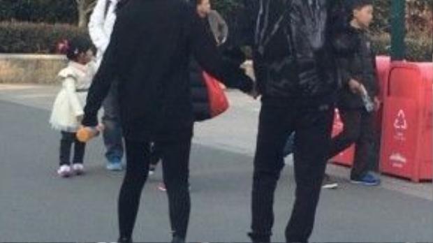 Họ nắm tay tình tứ và mặc đồ đôi.