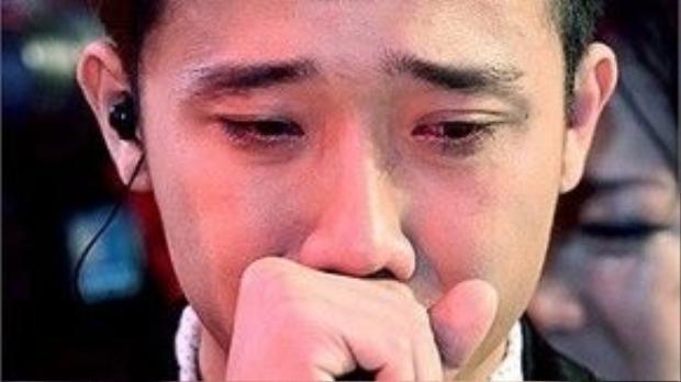 Anh nhiều lần để lộ những giọt nước mắt trên sân khấu