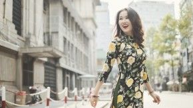 Cô thường diện áo dài in hoa đi chúc tết họ hàng, bạn bè hoặc xuống phố cùng hội bạn thân.