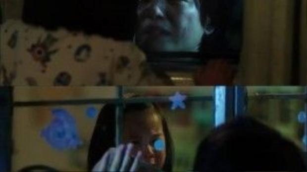 Cát Phương nức nở khi nhìn thấy mẹ qua ô cửa sổ trong cô nhi viện.