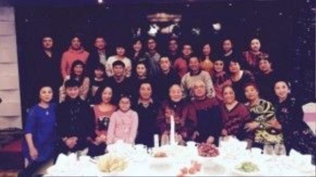 Bức ảnh Lý Thần chụp cùng toàn gia đình họ Phạm.