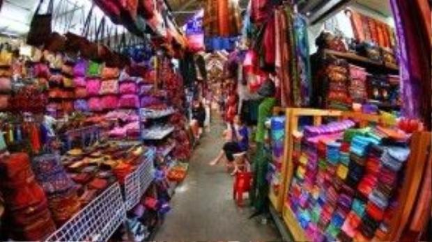 Có rất nhiều mặt hàng thú vị được tìm thấy ở chợ.