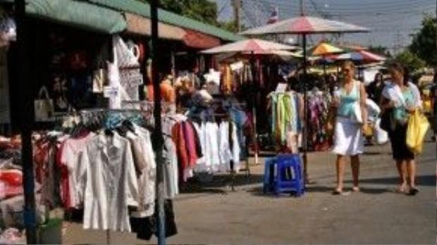 Đi bộ là cách tốt nhất để khám phá chợ cuối tuần Chatuchak.