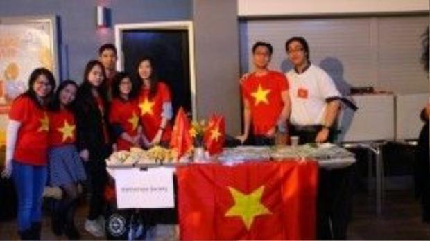 Lá cờ Tổ quốc cùng những món ăn Việt Nam cũng được các du học sinh Việt giới thiệu đến bạn bè quốc tế trong dịp này.