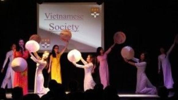 Tiết mục văn nghệ của sinh viên Việt Nam trong Tuần lễ văn hóa của trường Đại học Reading.