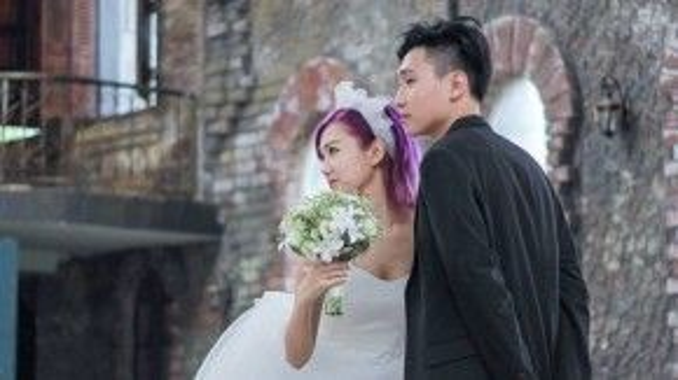 Trong khi Min đáng yêu với mini dress màu trắng thì Nhật Minh trông thật lịch lãm với vest đen.