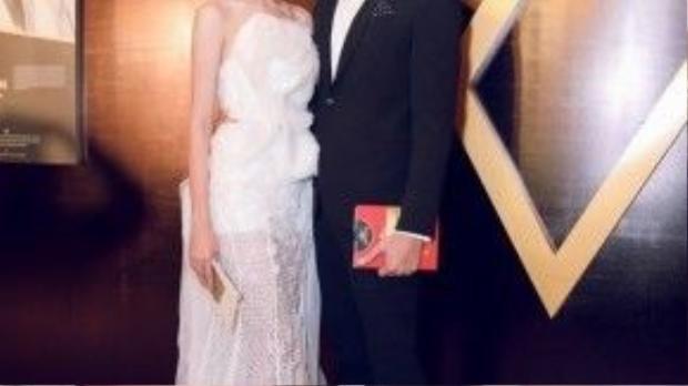 Trông họ như bước ra từ cổ tích khi Châu chọn cho mình bộ váy dài trắng còn Quang Hùng thì ra dáng quý ông hơn trong bộ suit .