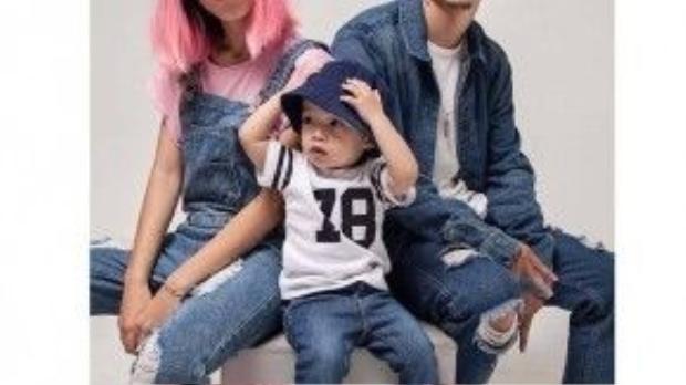 Diện đồ jean của nhà Max : Stu nổi bật với tóc hồng và yếm jean trong khi Việt diện jean on jean phối cùng T shirt trắng bụi bặm, bé Pid cũng theo ba mẹ sắm cho mình jean dài kèm mũ làm duyên.
