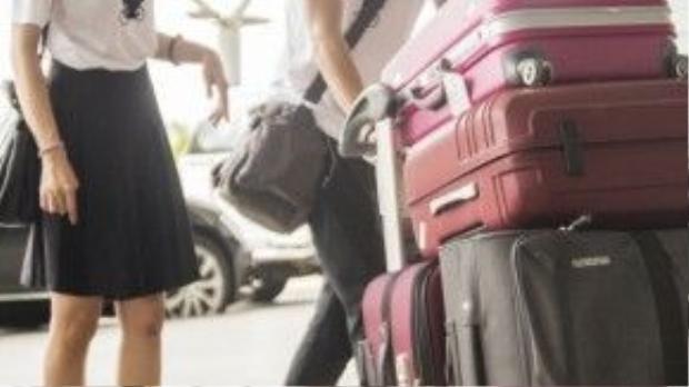 Thời trang đồ đôi sân bay của chàng và nàng khá duyên và đồng điệu, khi Châu diện váy xếp li đen còn Hùng là skinny.
