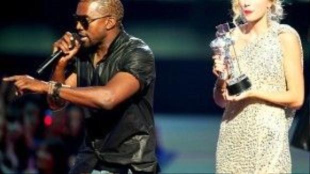 Rapper 38 tuổi phá đám sân khấu của Taylor trong lúc cô phát biểu nhận giải ở VMA 2009.