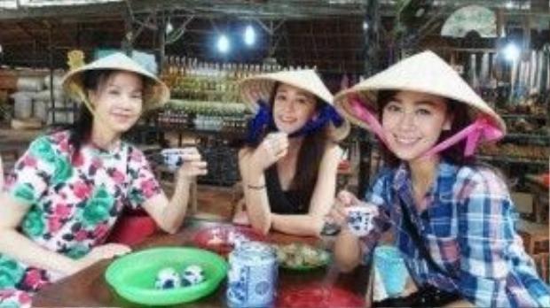 Lần đến Việt Nam này, cô đi cùng chị gái và bạn bè. Họ thích thú khi thử các món ăn Việt Nam.