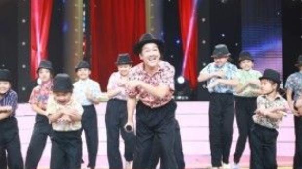 Các vũ công nhí hỗ trợ Trường Giang rất nhiệt tình trong tiết mục này.