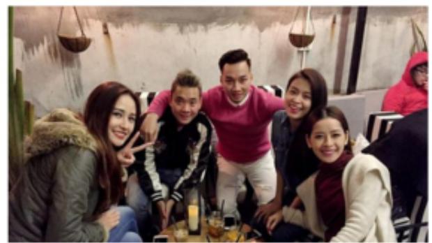 Sau ngày mùng 1 dành thời gian cho gia đình, Justa Tee đã hẹn hò cùng Chi Pu, Hoàng Thùy Linh, Mai Phương Thúy và MC Thành Trung trong ngày mùng 2.