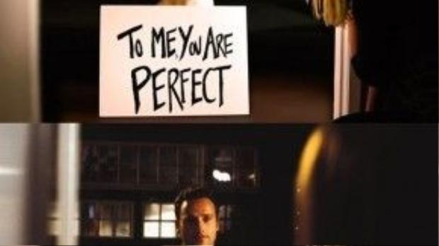 """""""Đối với tôi, cô chủ là hoàn hảo nhất"""" - màn """"tỏ tình"""" bằng tấm bảng siêu độc này chắc hẳn đã được chú chó """"bắt chước"""" cặp đôi Mark - Juliet trong phim Love Actually."""