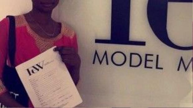 Olajumoke hạnh phúc khoe bản hợp đồng làm người mẫu thời trang của mình. Vậy là từ đây, cuộc sống của cô đã bước sang một trang mới rực rỡ, tươi đẹp hơn.
