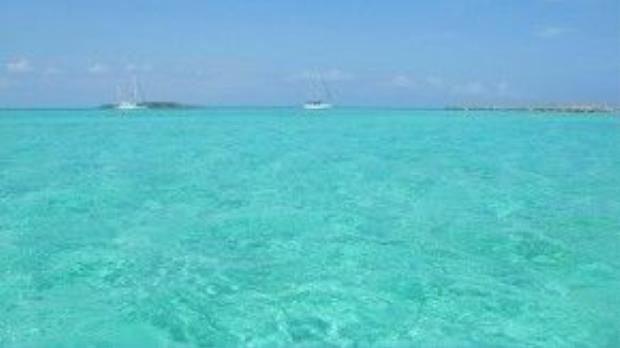 Andros, Bahamas: Theo Cosmos Mariners: Destination Unknown, đảo Andros vừa có cảnh đẹp, vừa có nhiều hoạt động du lịch thú vị như bơi lội, lặn biển, và câu cá. Du khách có thể khám phá làng Red Bays, thăm nhà máy vải Androsia hay tham gia chuyến đi tìm vàng của thuyền trưởng Morgan. Ảnh: Hikenow.