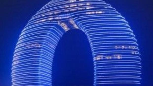 Nổi tiếng với hình dạng giống như một chiếc bánh Donut, Sheraton Hồ Châu Hot Spring Resort ở Trung Quốc còn cung cấp các tiện nghi và dịch vụ hấp dẫn hơn cả cấu trúc của nó. Hai phần của tháp được nối với nhau bởi một chiếc cầu ngầm dưới mặt nước. Vào buổi tối, khách sạn còn có buổi trình diễn ánh sáng cực kỳ ngoạn mục, toàn bộ cấu trúc độc đáo của tòa nhà được chiếu sáng lung linh.
