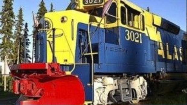 Không cần phải lo lắng về việc bị lỡ ga đến nếu ngủ quên trên chiếc tàu lửa này vì thực tế nó không hề chuyển động. Mike và Susan Wilson đã biến đường tàu hỏa không sử dụng của Alaska thành khách sạn kỳ lạ Aurora Express. Mỗi phòng được trang trí theo một chủ đề dựa trên từng giai đoạn lịch sử của Alaska. Toa tàu nằm trên đường ray dài 213 mét nhìn ra sông Tanana, dãy núi Alaska và thành phố Fairbanks.