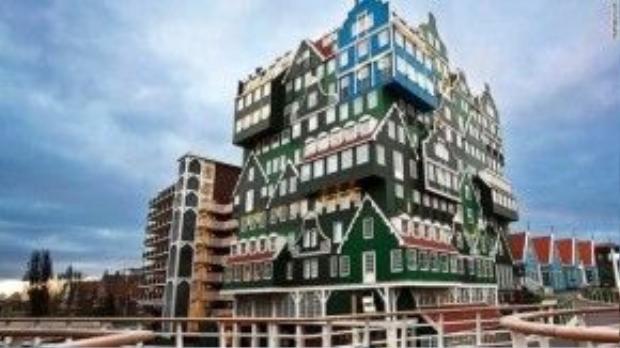 Thoạt nhìn, ta sẽ có cảm giác Inntel Hotel Zaandam như một núi các căn nhà chồng chất lên nhau. Lấy cảm hứng từ những ngôi nhà truyền thống thuộc vùng Zaan, mặt tiền của khách sạn màu xanh lá cây rất bắt mắt thậm chí ngay từ xa. Khánh sạn nằm gần nhà ga Zaandam, chỉ mất 12 phút để đến trung tâm thành phố Amsterdam.