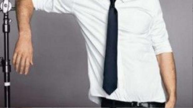 Sơ mi trắng và cravat xanh đậm cùng skinny đen và nịt da luôn chưa bao giờ là lỗi thời.