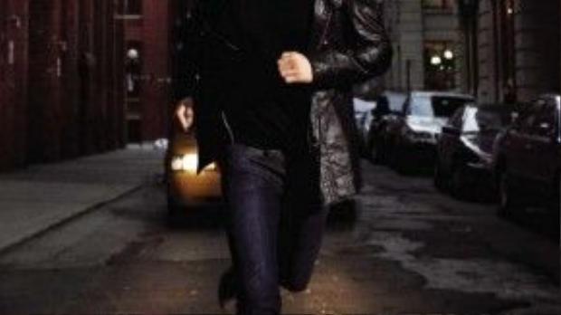 Moto jacket da phối cùng t shirt v neck đen và jean xanh sẫm khỏe khoắn.