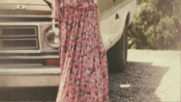 Bộ ảnh cực kỳ thơ mộng, Jennifer rất bay bổng trong chiếc váy maxim hoa.