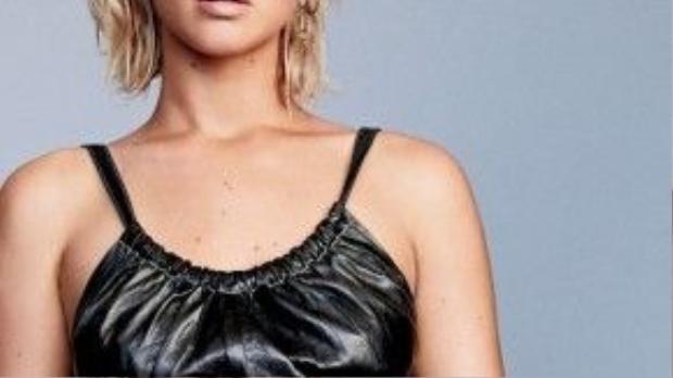 Tông màu đen giúp tôn nên làn da rám nắng của cô nàng.