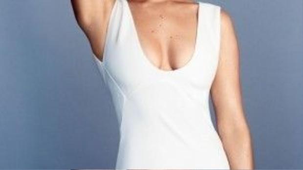 Jenni trông quyến rũ hơn với chiếc đầm ôm cổ sâu.