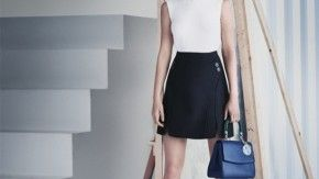 Học hỏi cô ấy khi diện tông trắng đen, hãy xách một chiếc túi xanh đậm.