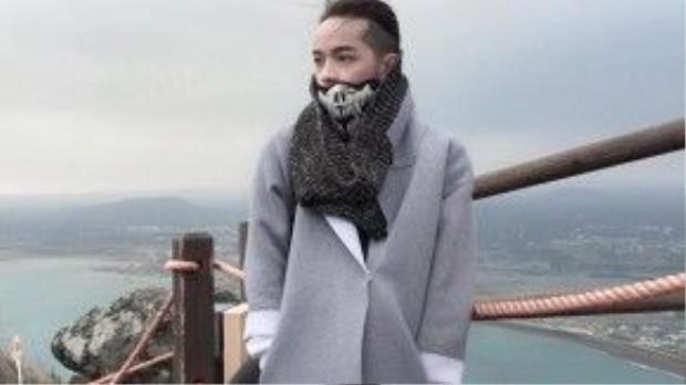 Địa điểm Kelbin Lei đặt chân tới trong dịp đầu năm mới là Hàn Quốc, thời tiết tại đảo Jeju rất lạnh nên Kelbin chọn cho mình những trang phục giữ thân nhiệt ấm như áo khoác dạ dáng dài và khăn ống.