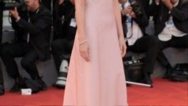 Vì thiết kế đầm hai dây đa số đều có tông màu nhạt như hồng, trắng nên Dakota Johnson chọn lối trang điểm nhẹ nhàng, điểm nhấn duy nhất chính là son môi đỏ được mỹ nhân trưng dụng.