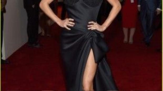 Quán quân Amerian Idol mùa 4 Carrie Underwood sử dụng son nude tông trầm tiệp với làn da nâu khỏe khoắn.
