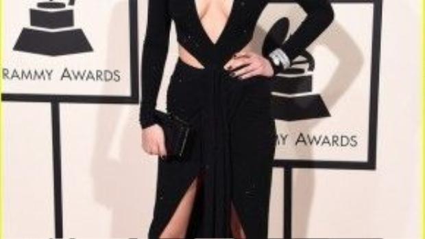 Cô em gái của Gigi Hadid - người mẫu Bella Hadid khoe triệt để vẻ sexy của mình qua màu son nâu đất.