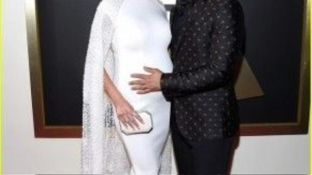 Màu nâu đất trên đôi môi kết hợp hoàn hảo cùng làn da rám nắng khỏe khoắn của Chrissy Teigen đã giúp cô cực kỳ quí phái bên John Legend.