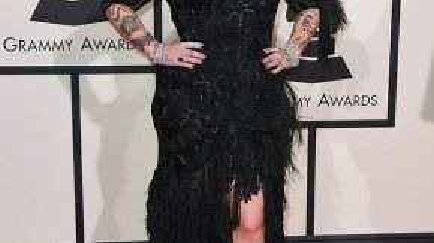 """Lông vũ đang là trend thịnh hành, nhưng có vẻ như chiếc đầm dạ hội đính lông này không phù hợp với Elle King. Trông cô nàng rườm rà và tăng """"diện tích"""" đáng kể."""