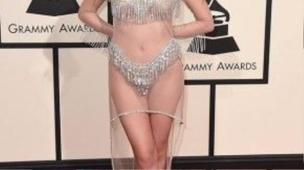 Phải chăng nữ ca sĩ Manika vừa tham gia một gánh xiếc nào đó rồi tranh thủ ghé qua lễ trao giải Grammy?
